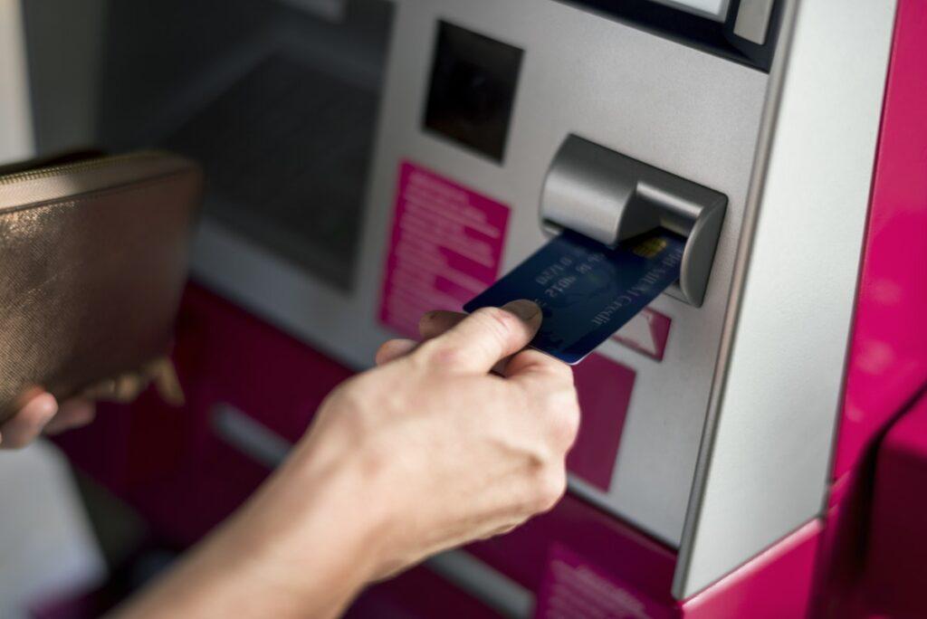 Tarik Tunai Kartu Kredit, Ketahui Risiko dan Cara Bijak Penggunaannya